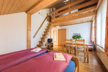 Sicht auf die Gallerie im 5-Bett-- Hotel Alpenrose beim Ballenberg